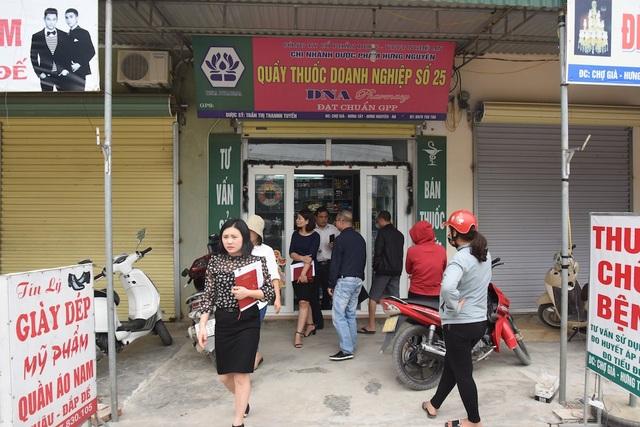 Kiểm tra Quầy bán thuốc tây Số 25 của Chi nhánh Dược phẩm Hưng Nguyên ở xã Hưng Tây phát hiện nhiều sai phạm.