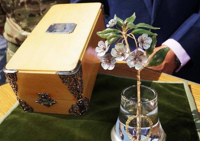 """Một cành hoa làm từ vàng, kim cương, ngọc bích xuất hiện trong chương trình """"Antiques Roadshow"""" (Anh)."""