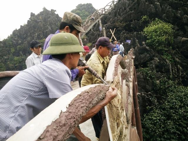 Nhóm thợ thực hiện tháo dỡ từng lan can cầu thang tại công trình khủng xâm hại di sản Tràng An.