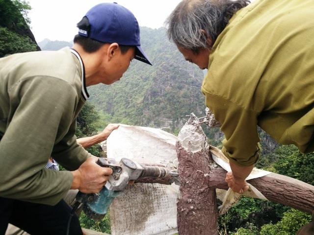 Trong khi khoan phá từng lan can cầu thang, nhóm thợ dùng bao xi măng đã qua sử dụng che chắn không cho xi măng rơi vãi, tung tóe.