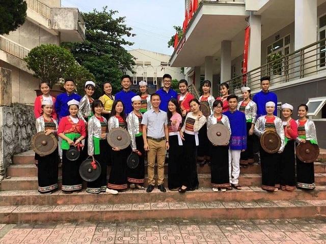 Thầy Nguyễn Ngọc Khiêm và đội cồng chiêng ở trường.