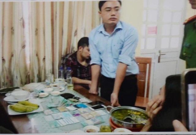Nhà báo Duy Phong bị công an bắt khi đang nhận tiền tại một quán ăn trên địa bàn TP Yên Bái.