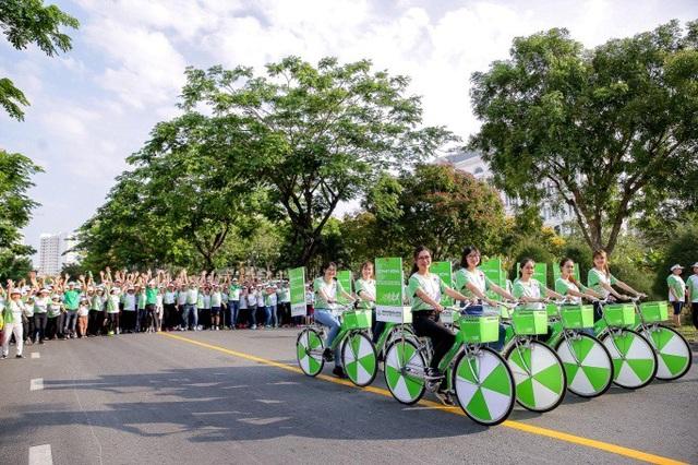 Trong không khí ban mai của ngày cuối tuần, hàng chục ngàn người dân cùng các thành viên Herbalife Việt Nam đã có mặt tại những đường chạy trên khắp đất nước chuẩn bị cho Ngày chạy vì sức khỏe toàn dân 2018