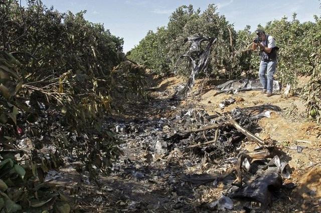 Mảnh vỡ máy bay gần sân bay San Pablo. Ảnh EPA
