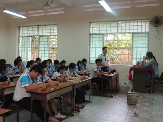 Học sinh lớp 11A1 và cô Minh Châu trong buổi trò chuyện