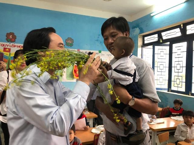 Đinh Văn KRể và thầy Cương vui mừng gặp lại Bộ trưởng Bộ GD&ĐT Phùng Xuân Nhạ