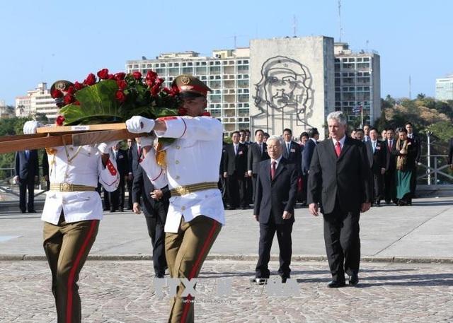 Tổng Bí thư Nguyễn Phú Trọng đặt vòng hoa tại Đài tưởng niệm Anh hùng dân tộc José Martí. Ảnh : Trí Dũng – TTXVN.