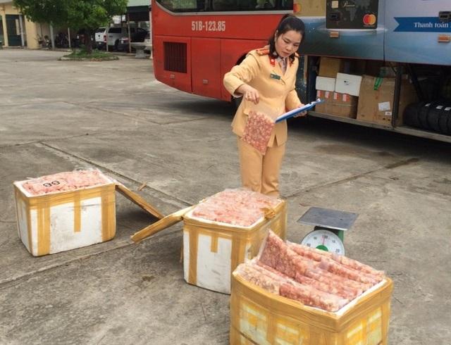 Lực lượng CSGT phát hiện gần 2 tạ thịt gà ôi thiu