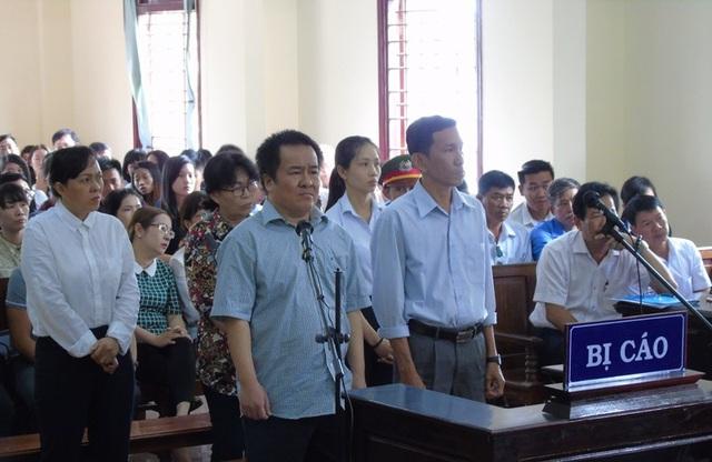 Đại gia thủy sản Tòng Thiên Mã (hàng đầu phía bên trái) tại phiên tòa hôm nay