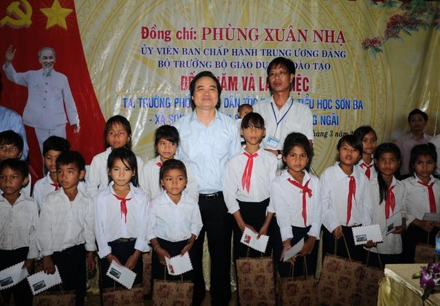 Bộ trưởng Phùng Xuân Nhạ tặng học bổng tới học sinh trường phổ thông dân tộc bán trú tiểu học Sơn Ba