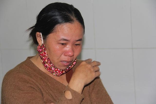 Nước mắt của người mẹ tội nghiệp cứ thế rơi khi đứa con trai còn tuổi ăn học, ngoan hiền giờ chỉ nằm một chỗ, chịu cảnh chấn thương khủng khiếp đọa đày.