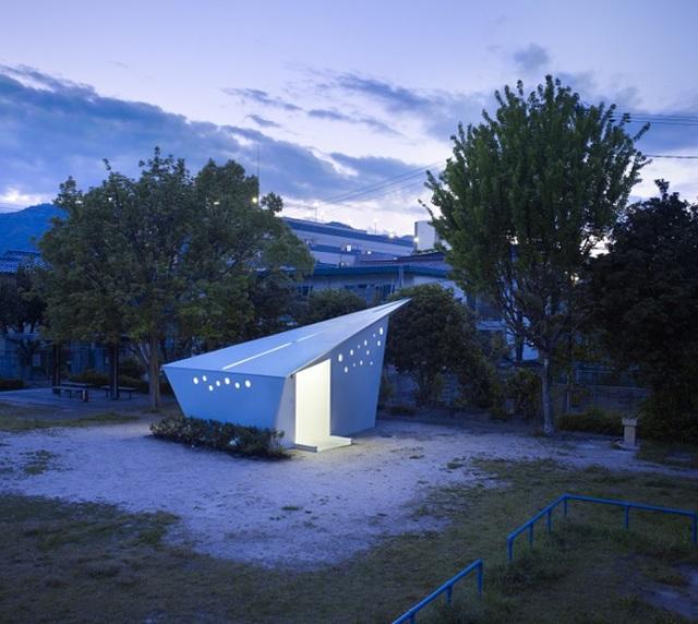 Lấy cảm hứng từ nghệ thuật gấp giấy Origami, tinh hoa của đất nước mặt trời mọc, một hãng thiết kế đã tạo ra 17 nhà vệ sinh công cộng, với hình dáng và màu sắc khác nhau. Điểm chung của tất cả các công trình này là khi nhìn từ xa, mọi người có thể lầm tưởng chúng là những mô hình giấy khổng lồ. Trên ảnh chính là một công trình tiêu biểu trong bộ sưu tập toilet công cộng tuyệt đẹp này.