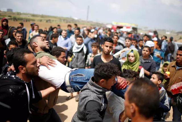 Một người biểu tình Palestine bị thương. Ảnh: Reuters