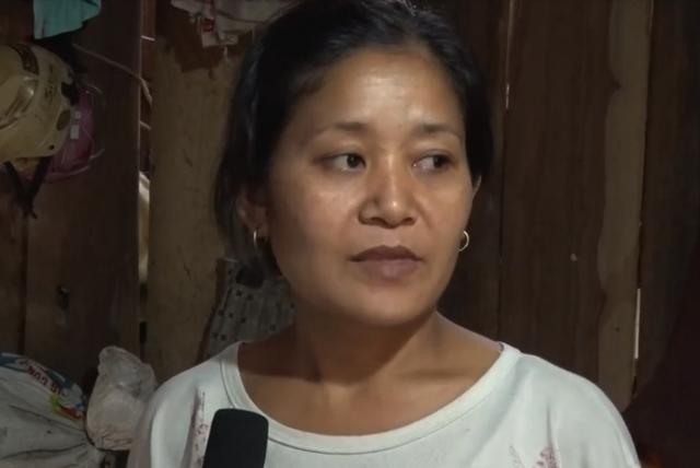 """Chị Lô Thị Na cho biết: """"Nhà bị lở, nứt nẻ hết, sống cũng rất lo, chỗ ở không có. Mùa mưa càng khó khăn, năm nào cũng chạy sang ở bên bà""""."""