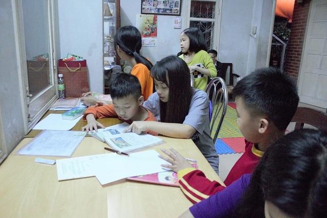 Tình nguyện viên của CLB vẫn đều đặn đến dạy các bé học.