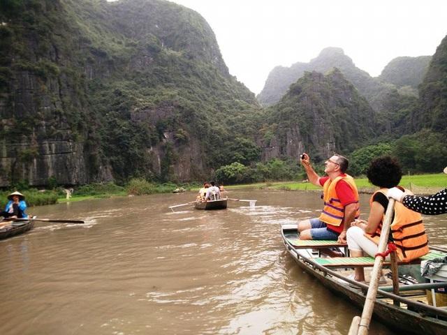Du khách nước ngoài ngồi thuyền tham qua Tam Cốc - Bích Động ở Ninh Bình (ảnh: Thái Bá).