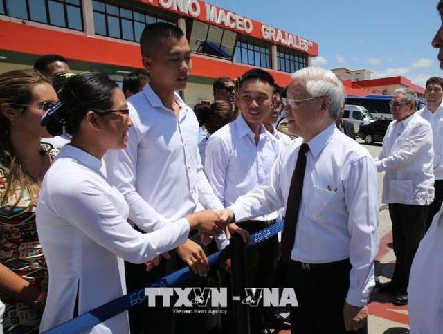 Đại diện cộng đồng Việt Nam đón Tổng Bí thư Nguyễn Phú Trọng tại sân bay Quốc tế Antonio Maceo, thành phố Santiago de Cuba . Ảnh : Trí Dũng – TTXVN.