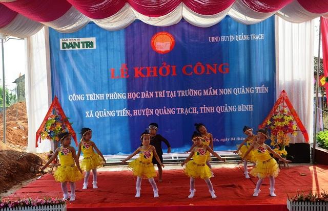 Các tiết mục văn nghệ chào mừng Lễ khởi công do các cháu học sinh Trường Mầm non xã Quảng Tiến biểu diễn