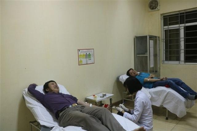 Anh Hùng và anh Quân tại phòng lấy máu để cứu cụ Thi