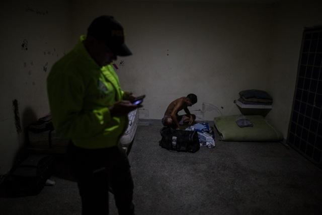 Cảnh sát Colombia trong một cuộc truy tìm người Venezuela nhập cư trái phép. (Ảnh: NYT)