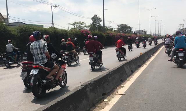 Các thanh niên chạy vào làn ô tô trên QL1A rồi lạng lách, rú ga, so kè tốc độ khiến người đi đường một phen khiếp vía.