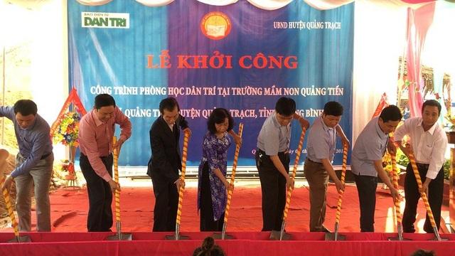 Các đại biểu cùng xúc cát động thổ xây dựng công trình phòng học Dân trí tại Trưởng Mầm non xã Quảng Tiến, huyện Quảng Trạch (Quảng Bình)