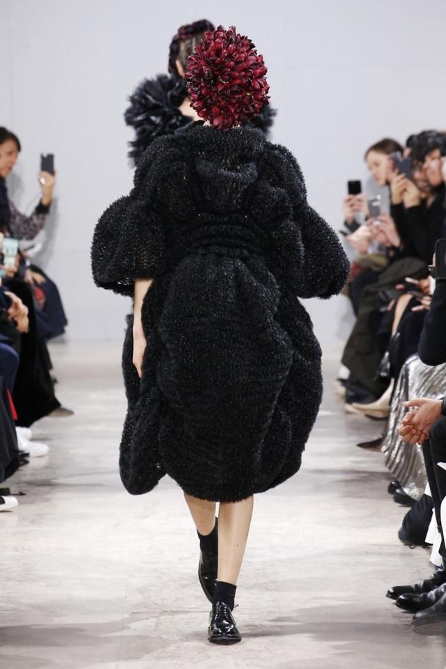 Người mẫu phủ hoa kín mặt tại tuần lễ thời trang Paris - 9