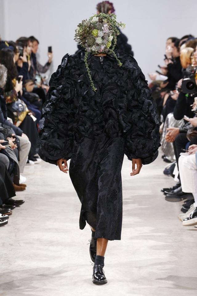 Người mẫu phủ hoa kín mặt tại tuần lễ thời trang Paris - 10
