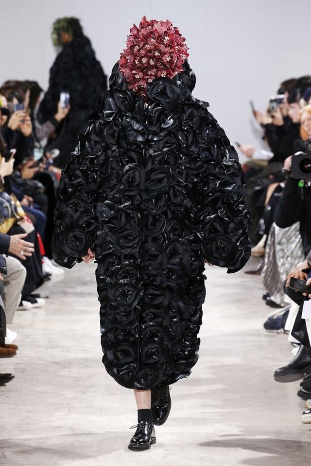 Người mẫu phủ hoa kín mặt tại tuần lễ thời trang Paris - 11