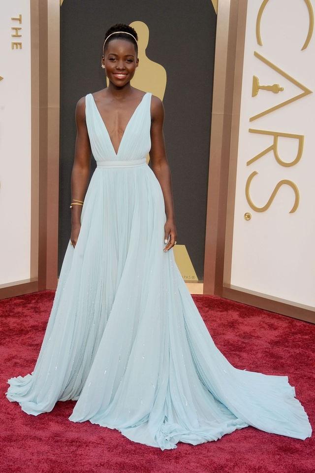Lupita Nyongo trong bộ váy của Prada tại lễ trao giải Oscar năm 2014