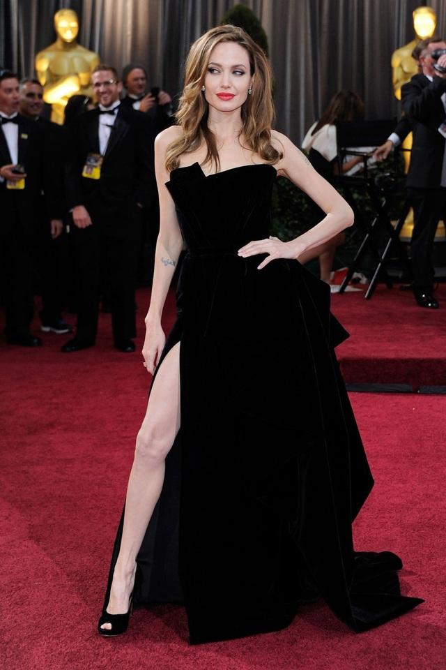 Angelina Jolie trong bộ váy của Versace tại lễ trao giải Oscar năm 2012