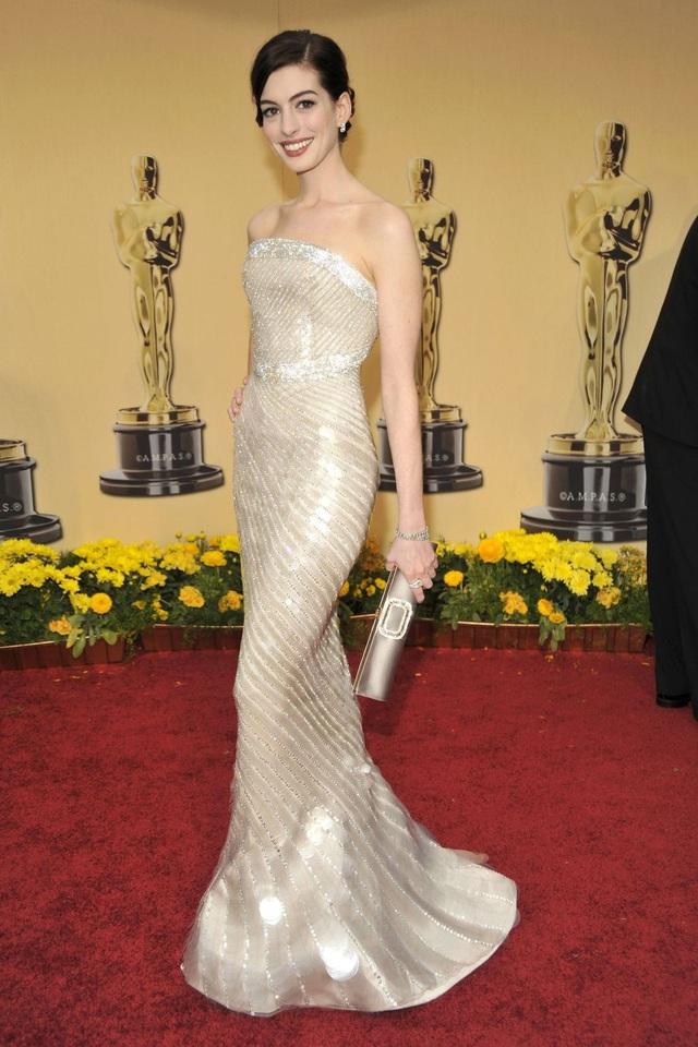 Anne Hathaway trong bộ váy của Giorgio Armani Privé tại lễ trao giải Oscar năm 2009