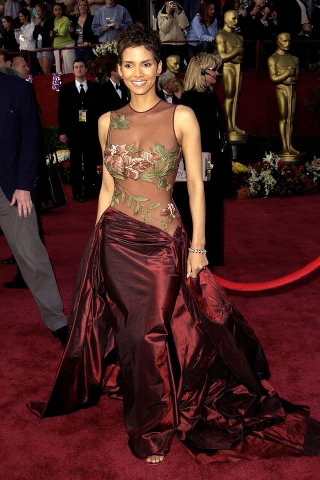 Halle Berry trong bộ váy của Elie Saab tại lễ trao giải Oscar năm 2002