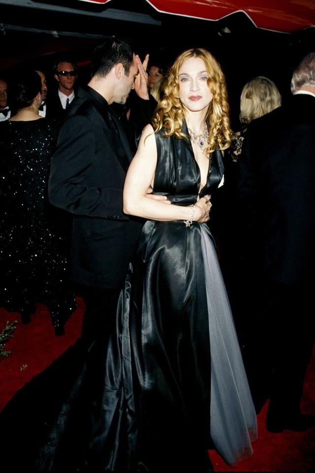 Madonna trong bộ váy của Olivier Theyskens tại lễ trao giải Oscar năm 1998