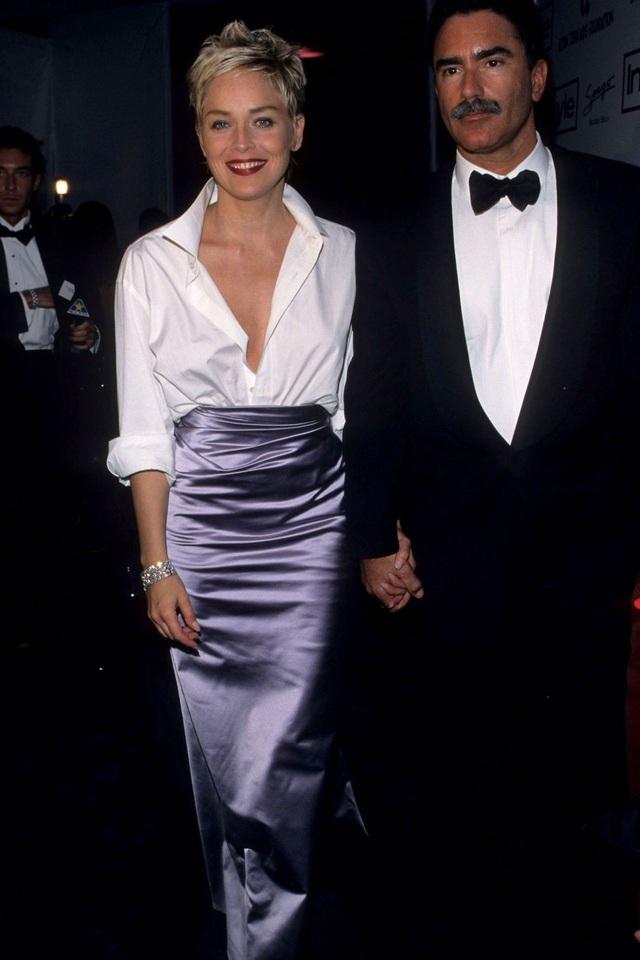 Sharon Stone trong bộ váy của Gap and Vera Wang tại lễ trao giải Oscar năm 1998