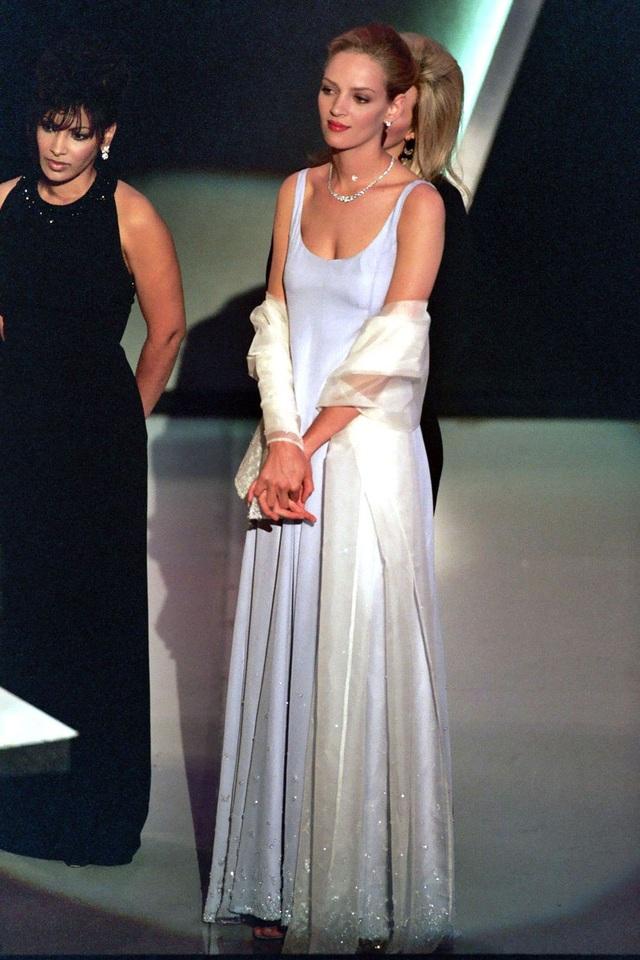 Uma Thurman trong bộ váy của Prada tại lễ trao giải Oscar năm 1995