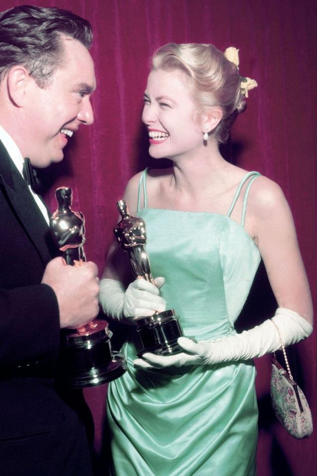 Grace Kelly trong bộ váy của Edith Head tại lễ trao giải Oscar năm 1955