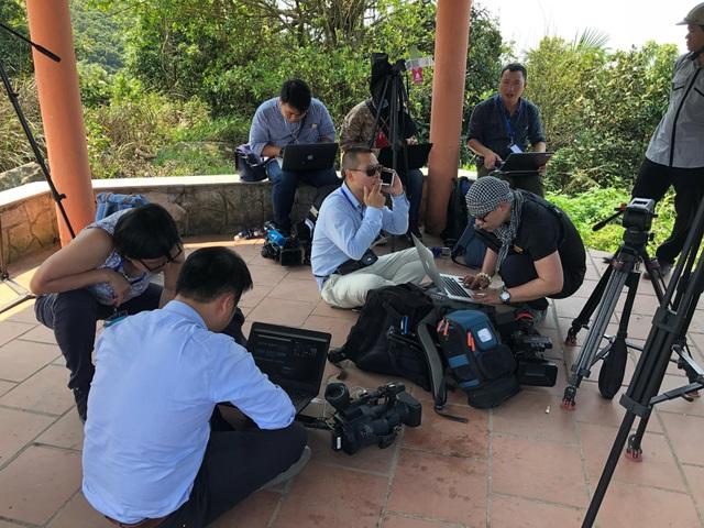 Phóng viên trong nước và quốc tế cùng người dân túc trực ở Đồi Vọng Cảnh từ 6h sáng để chờ xem tàu vào vịnh.
