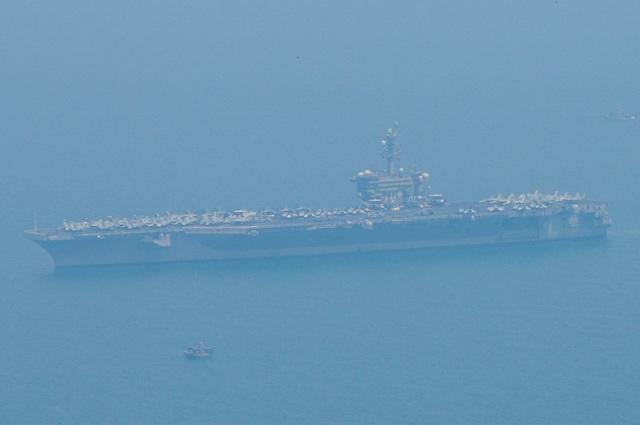 Tàu sân bay USS Carl Vinson vào vịnh Đà Nẵng. (Ảnh: CTV)