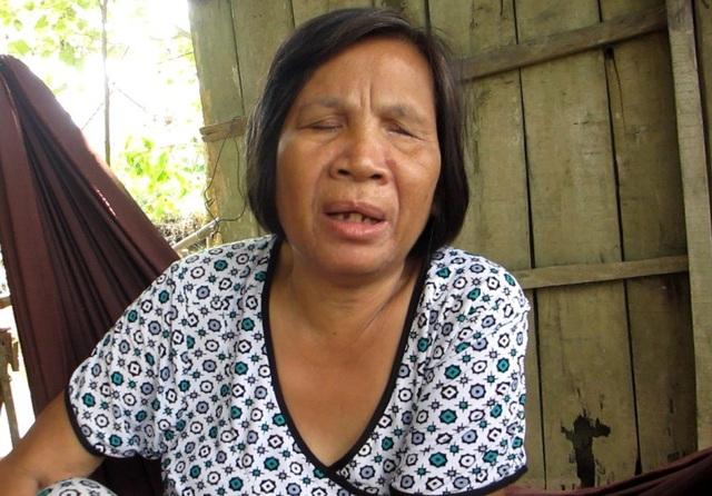 Bà Xia mong muốn có được ít tiền thuốc thang và mua mấy tấm thiếc che tạm mái nhà khi mùa mưa sắp đến.