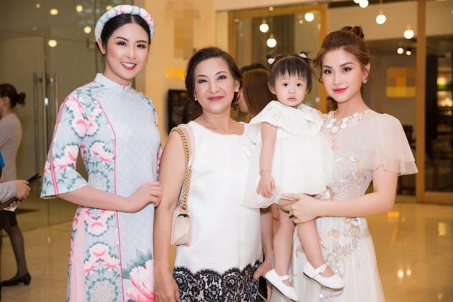 Á hậu Diễm Trang cùng mẹ và con gái đến tham gia chương trình.
