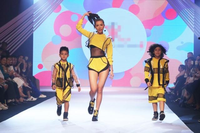 Đặc biệt, sự xuất hiện của Á quân Asia's Next Top Model - Minh Tú khiến sân khấu bùng nổ. Với hình thể ấn tượng cùng niềm đam mê thể thao, nữ siêu mẫu góp phần tạo nên một đêm trình diễn hoành tráng nhờ vào những bước đi năng động của mình.