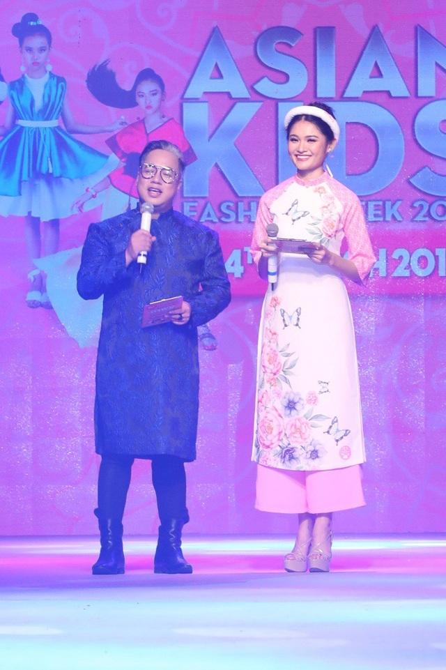 Đảm nhận vai trò dẫn chương trình là bộ đôi MC Tùng Leo - Á hậu Việt Nam 2016 Thuỳ Dung. Cả hai từng gây ấn tượng trong sự kiện năm trước bởi sự phối hợp chuyên nghiệp cũng như khả năng dẫn dắt tiếng Anh lưu loát của Á hậu Thuỳ Dung.