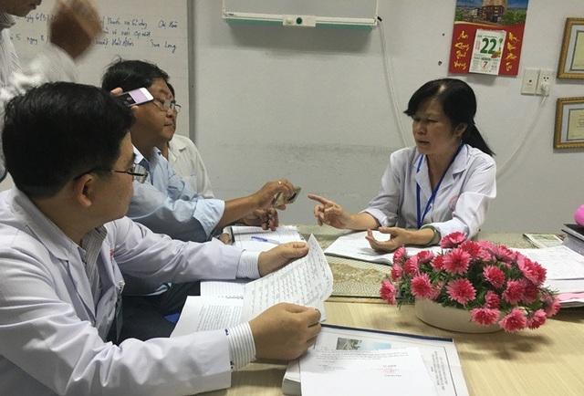 Đại diện Thanh tra Y tế làm việc với các bác sĩ BV đa khoa TP Cần Thơ để nắm tình hình