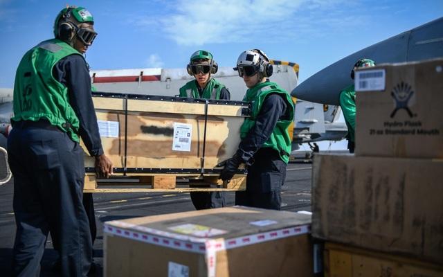 Ngoài vận chuyển nhu yếu phẩm, C-2A Greyhound cũng có thể dùng để vận chuyển binh sĩ hay thực hiện sứ mệnh sơ tán khi cần thiết.