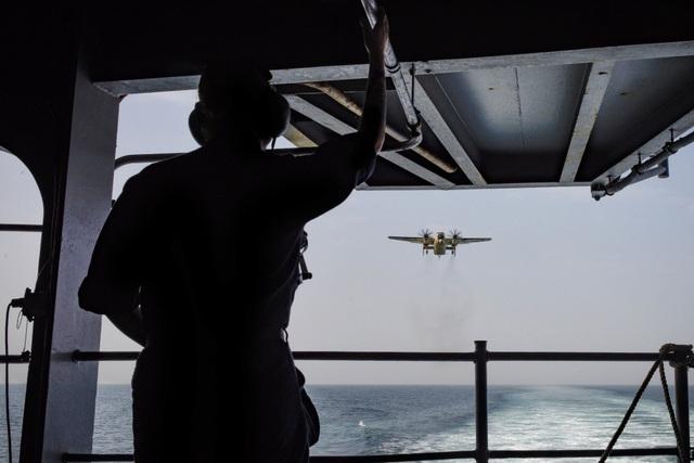 Thang hàng của C-2A Greyhound có thể mở từ trên không cho phép chuyển các nhu yếu phẩm và binh sĩ ngay từ trên không xuống tàu sân bay hay mặt đất.