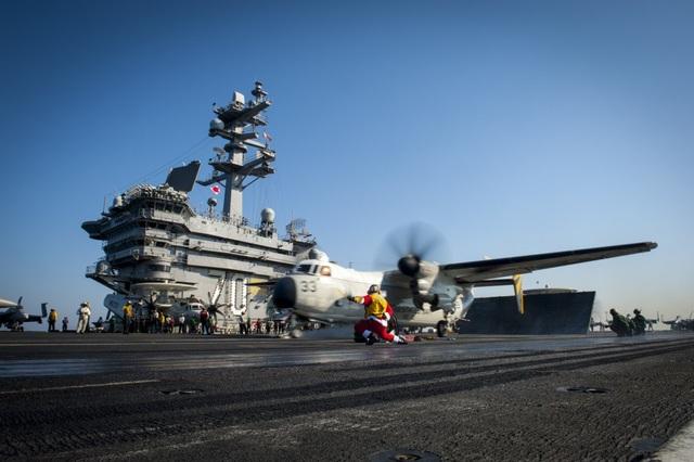 Tàu sân bay USS Carl Vinson được biên chế 2-4 máy bay vận tải C-2A Greyhound.