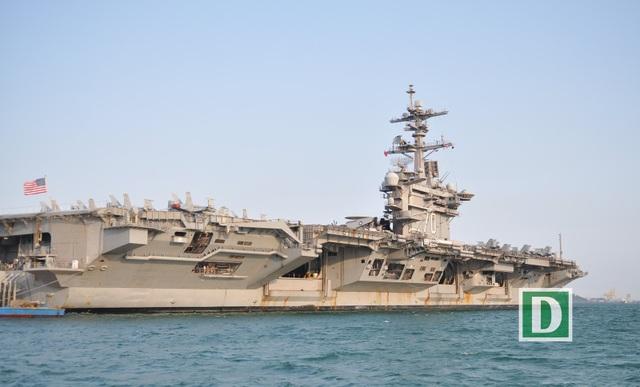 Tàu sân bay USS Carl Vinson của Hải quân Mỹ đang neo đậu ở vịnh Đà Nẵng