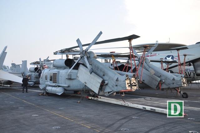Cận cảnh tàu sân bay Mỹ tại vịnh Đà Nẵng - 7