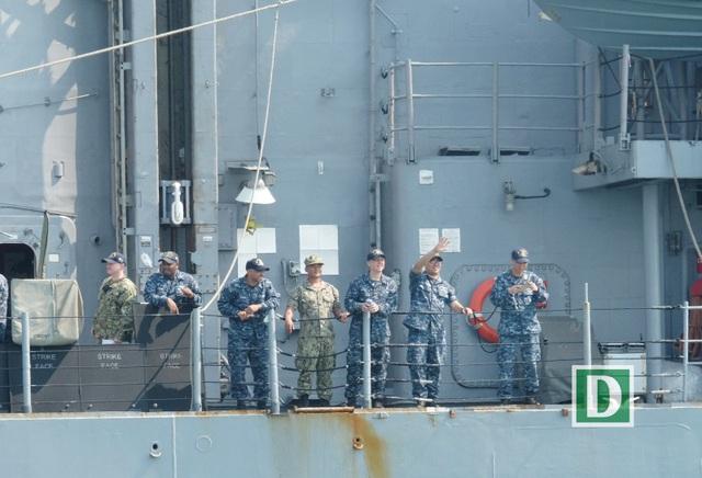 Cận cảnh tàu sân bay Mỹ tại vịnh Đà Nẵng - 12